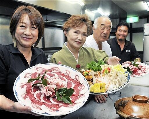 ボタンの花のように盛りつけられたイノシシ肉=11月25日、福井県おおい町名田庄久坂の料理旅館「新佐」