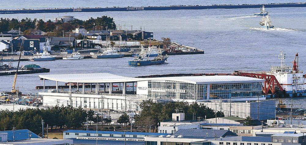 ガラス張りの外壁がお目見えしたクルーズターミナル=金沢港無量寺埠頭