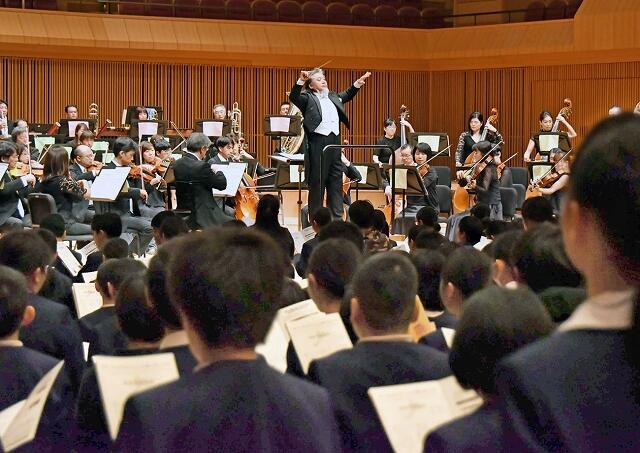 小松さんの指揮でクラシックの名曲を披露し、児童たちを魅了した「ふれあいコンサート」=11月26日、福井県福井市の県立音楽堂