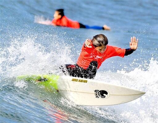 軽快に波に乗るサーファー=2018年11月25日、福井県坂井市の三国サンセットビーチ