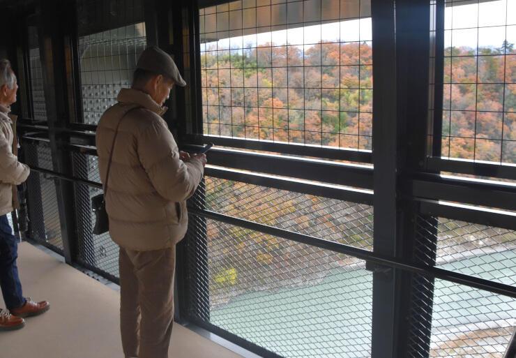 「そらさんぽ天龍峡」から天竜川や紅葉を眺める観光客