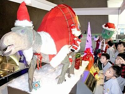 福井県立恐竜博物館に「恐竜サンタ」お目見え ラグビー演出