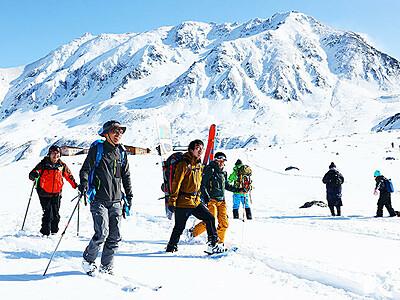 白銀の立山で滑り楽しむ アルペンルート営業終了