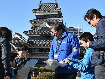クイズに答え歴史学ぶ 松本城七不思議探検ツアー