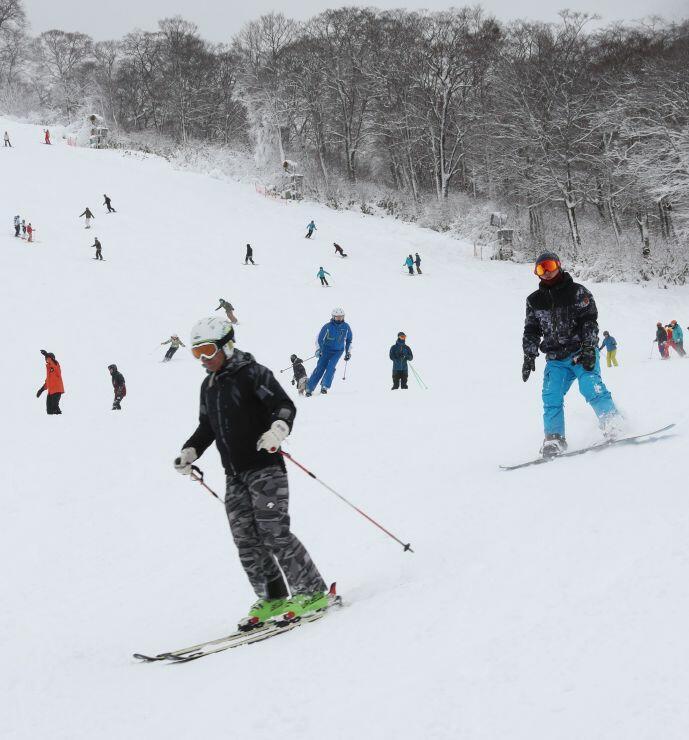 県内トップを切ってオープンしたかぐらスキー場=30日、湯沢町