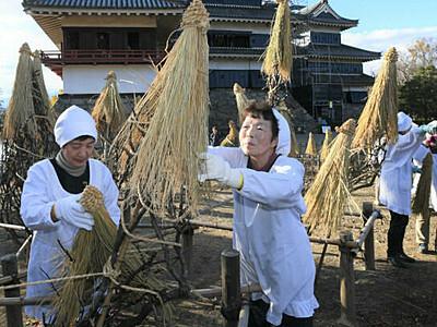 冬への備え、わらぼっち 松本城「冬囲い」