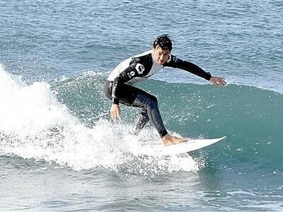 三国の波、乗りこなせ 坂井でサーフィン大会