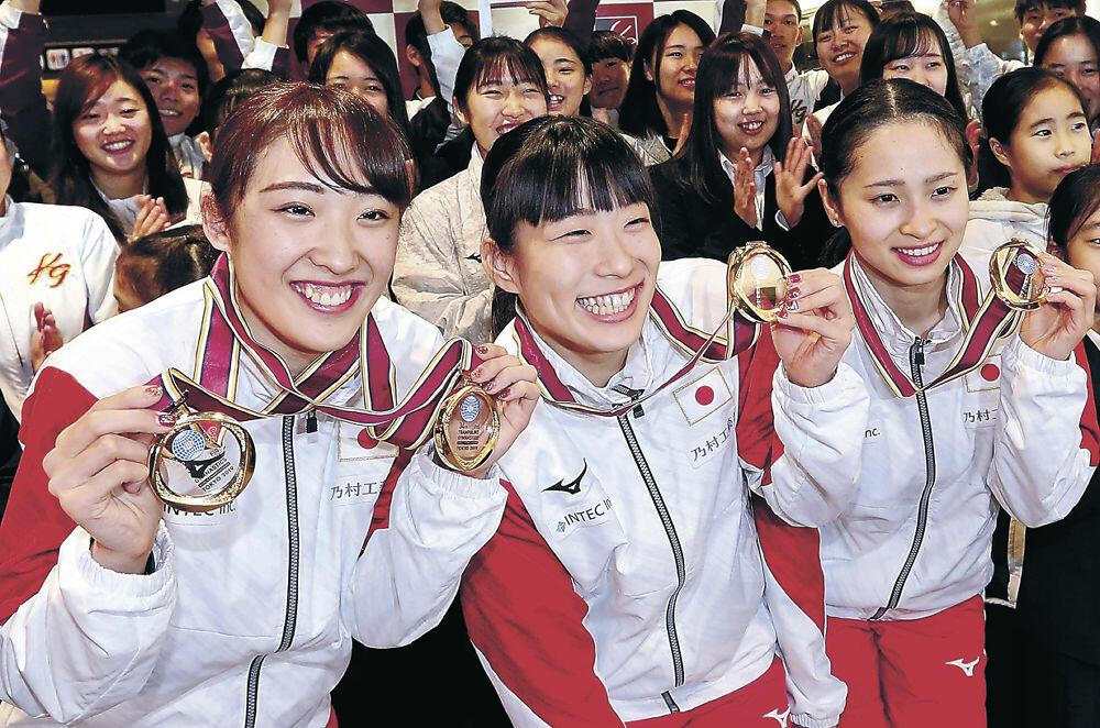 金メダルを手に笑顔を見せる(左から)森、高木、岸=金沢駅