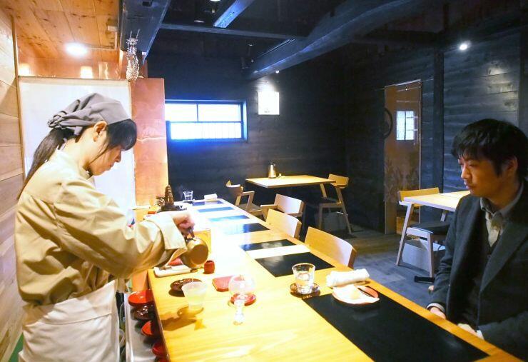 おいしいお茶の入れ方が学べる冨士美園の新しい喫茶室=村上市長井町