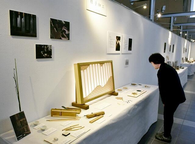 新たな工芸品の開発に取り組む職人グループ「若狭の空と海とものづくり」の作品展=12月2日、福井県若狭町パレア若狭