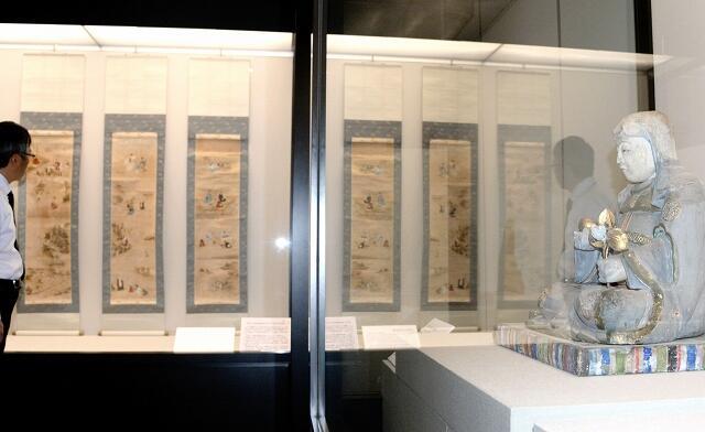 八百比丘尼の像や掛け軸が並ぶ特別公開展=福井県小浜市の県立若狭歴史博物館