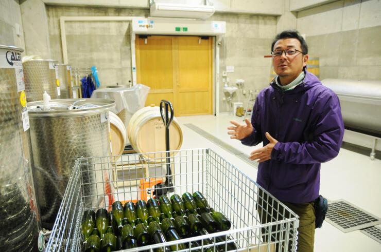 天然酵母で発酵させる「自然派ワイン」の醸造を目指す荻野さん