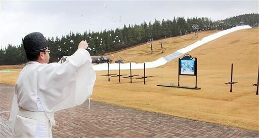 ゲレンデ前で今季の安全を祈願した神事=12月3日、福井県勝山市のスキージャム勝山
