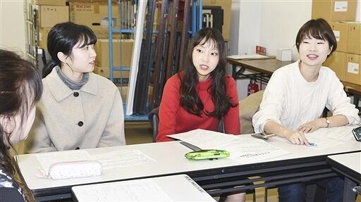 準備を進めている「キッズファッションショー」の打ち合わせを行う福井大の学生ら=12月3日、福井県福井市の西武福井店