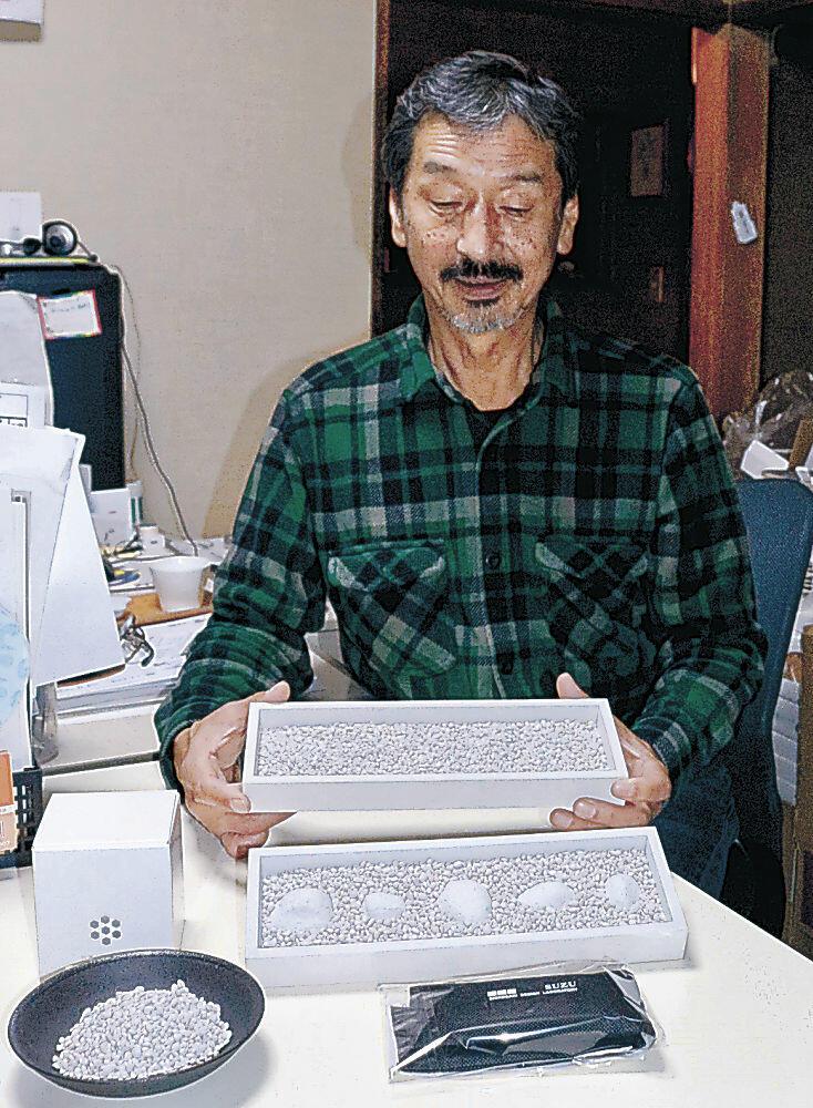 珪藻土チップを使ったケースや消臭パッドを紹介する城﨑さん=珠洲市飯田町