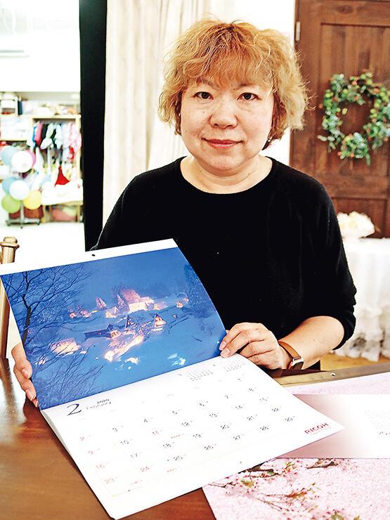 カレンダーを紹介する安念さん