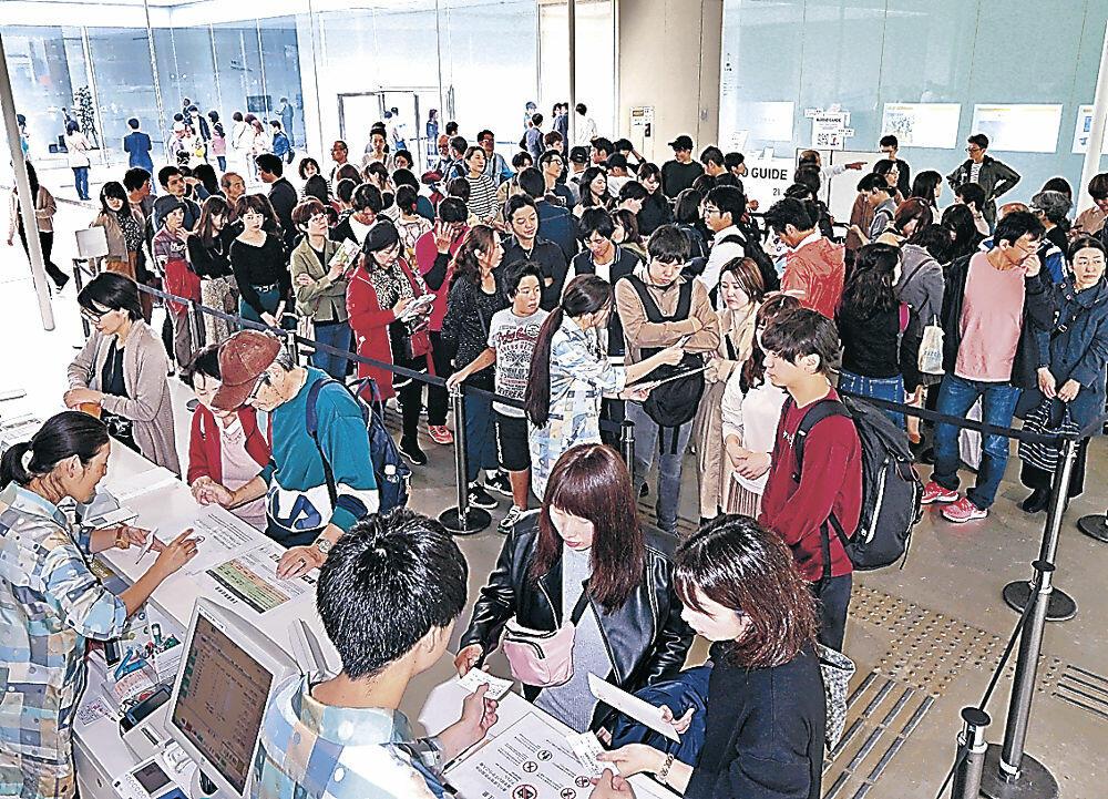 チケットを買い求める客で混雑する総合受付カウンター=10月、金沢21世紀美術館