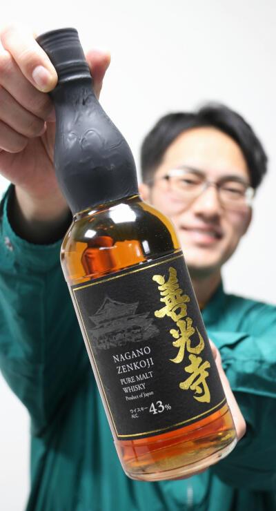 9日に発売する自社開発のウイスキー「善光寺」