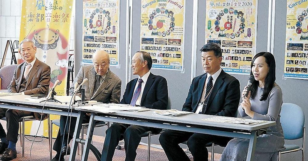 プログラムを紹介する実行委員会委員や出演者=金沢市の石川県立音楽堂