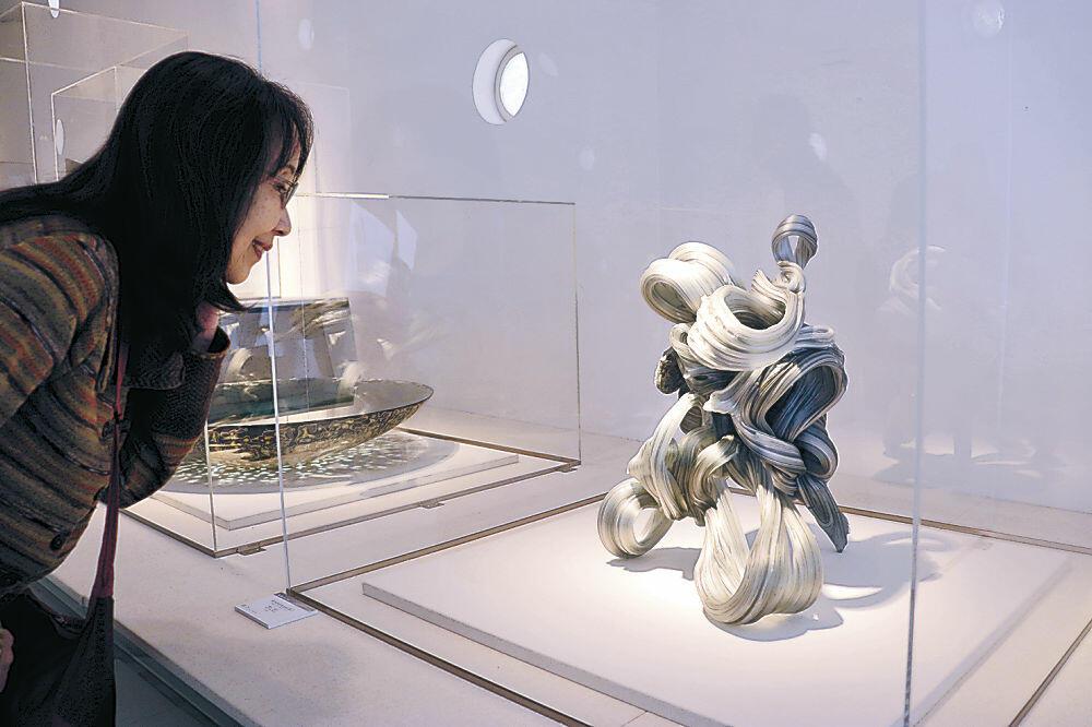 作品を鑑賞する来場者=七尾市の石川県能登島ガラス美術館