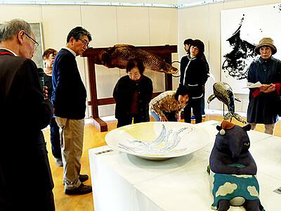 独創的な絵画・立体並ぶ 越中アートフェスタ砺波巡回展開幕