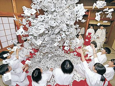 幸運、舞い降りて 羽咋・気多大社 初詣へ「みくじ合わせ」