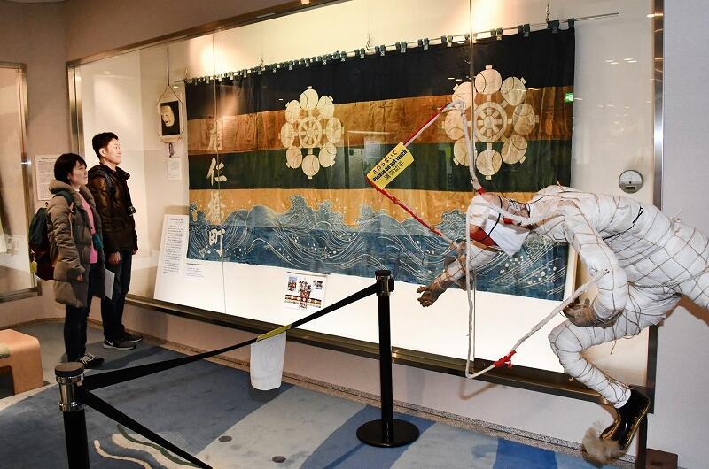 唐仁橋山車の装具が並ぶ展示=福井県敦賀市みなとつるが山車会館
