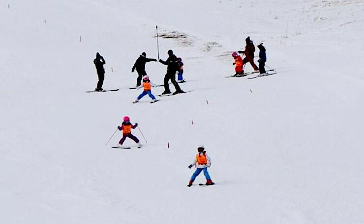 スキー場開きで、デモンストレーション滑走を披露する保育園児ら