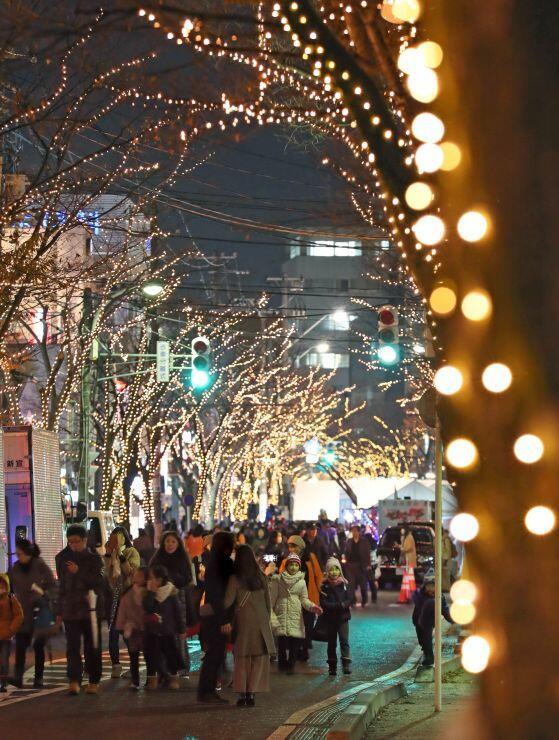 26万球の電飾がともった光のページェント=6日、新潟市中央区