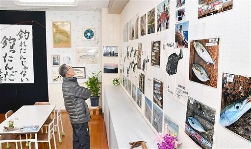 釣り自慢たちの魚拓や写真が並ぶ展示会=福井県あわら市波松