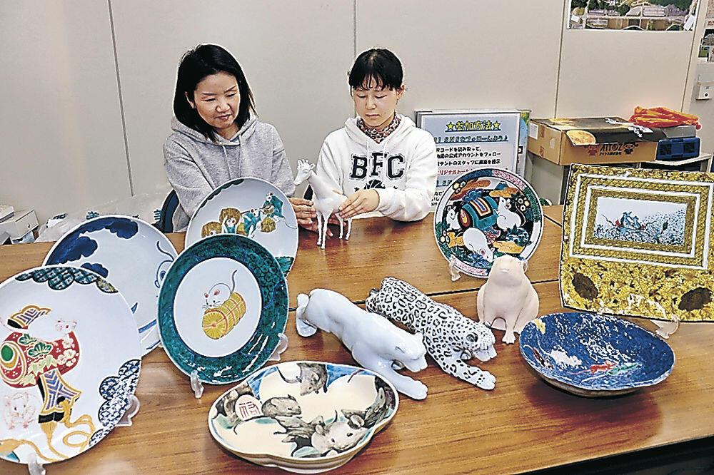 展示される九谷焼の干支飾皿と置物=能美市のいしかわ動物園