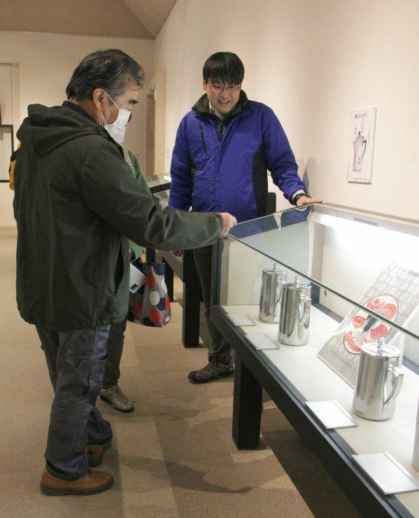 ベストセラーのウオーターポットなどが並んだ玉虎堂製作所100周年記念展=燕市の市産業史料館