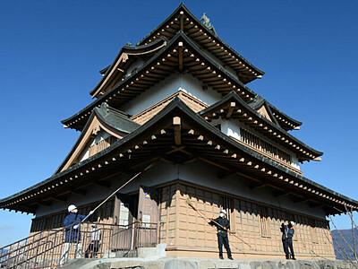 1年の汚れ、すっきり 諏訪・高島城すす払い