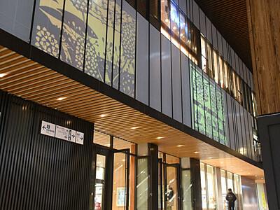 信州の冬、切り絵風イラストで JR長野駅に投影