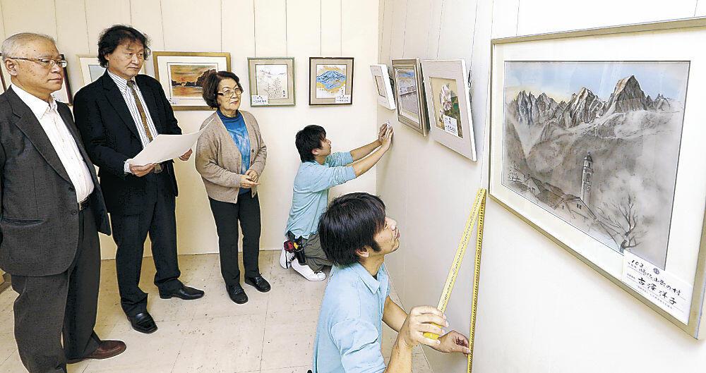 歳末美術展に向けて準備を進める県美術文化協会の役員=金沢市の香林坊大和8階ホール