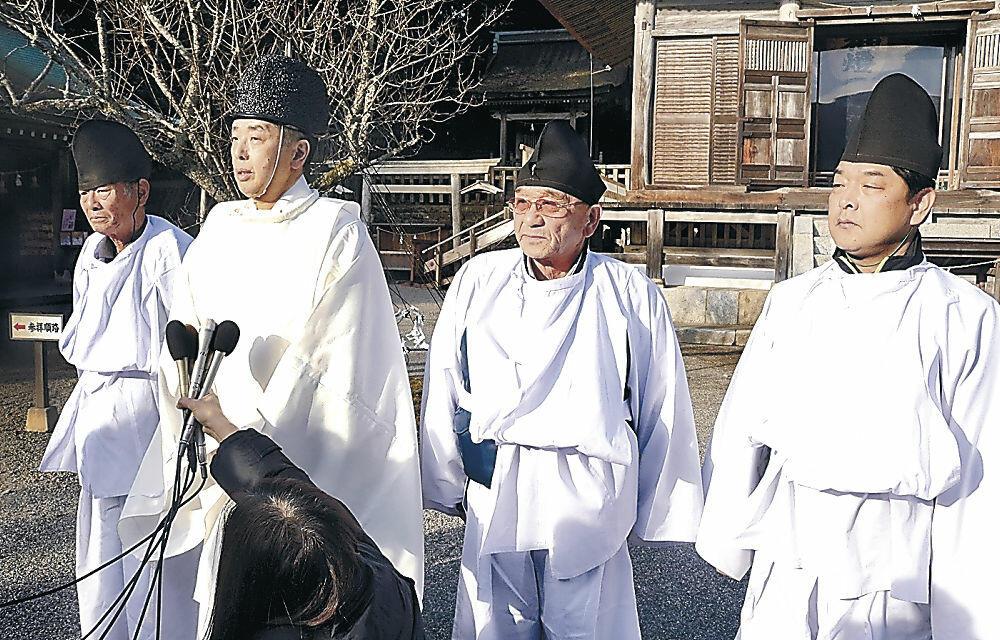 報道陣の質問に答える三井宮司(左から2人目)と鵜捕部=羽咋市の気多大社