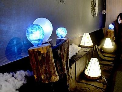 温かな光演出のガラスランプ 小浜の工芸作家作品展