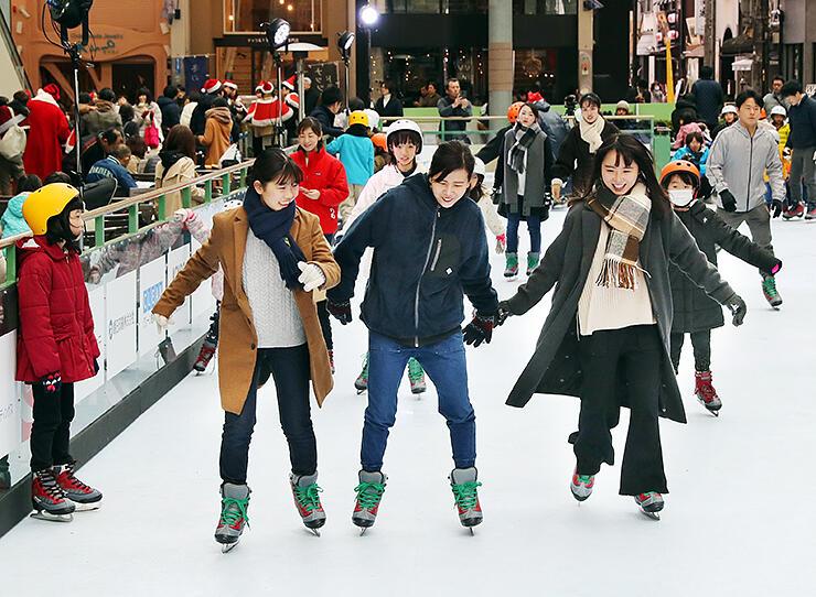 エコリンクがオープンし、滑りを楽しむ人たち=グランドプラザ