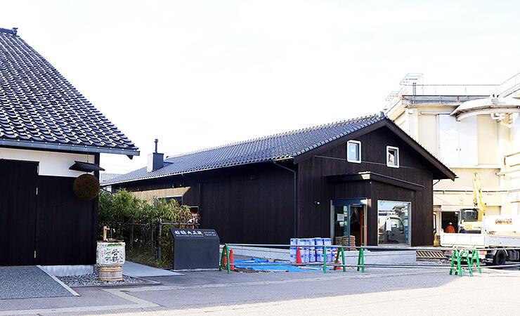 外観がほぼ完成した令和蔵。大正蔵(左)と昭和蔵(右)の間に整備される=若鶴酒造