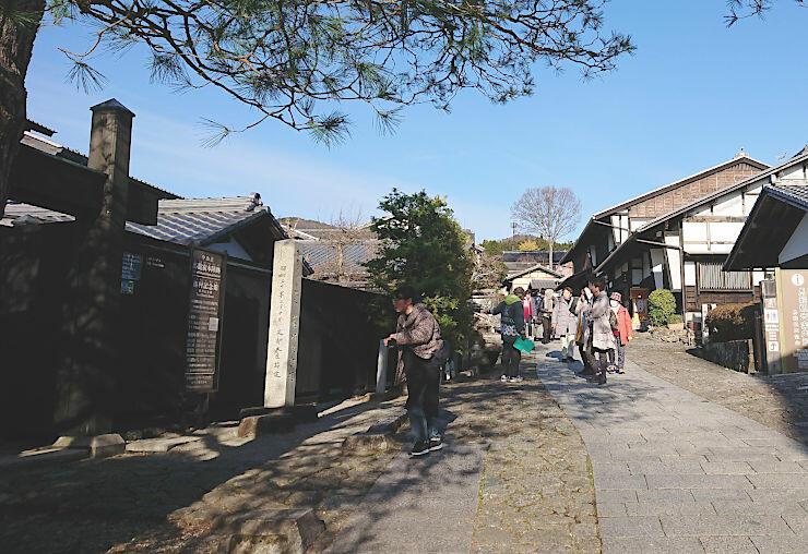 島崎藤村宅跡に立つ藤村記念館(左)。多くの観光客が訪れている=13日、岐阜県中津川市馬籠