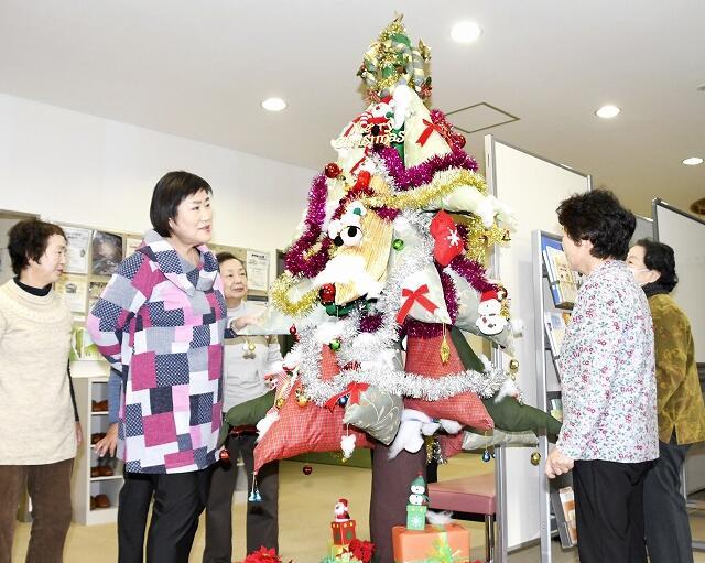 不要なカーテンなどで作ったクリスマスツリー=福井県福井市清水南公民館