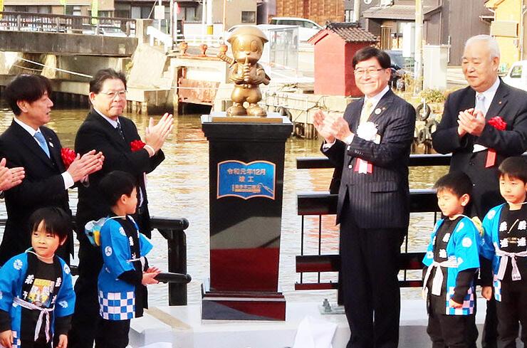 「忍者ハットリくん」のモニュメントを除幕した林市長(奥右から2人目)や倉品藤子スタジオ顧問(同3人目)ら
