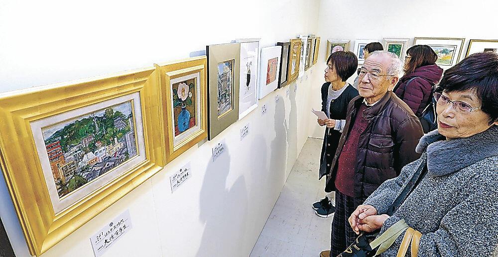 熱心に作品を眺める来場者=金沢市の香林坊大和8階ホール