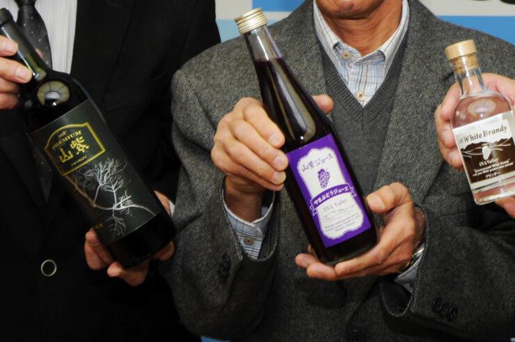 (左から)プレミアムワイン、果汁100%のジュース、ホワイトブランデー