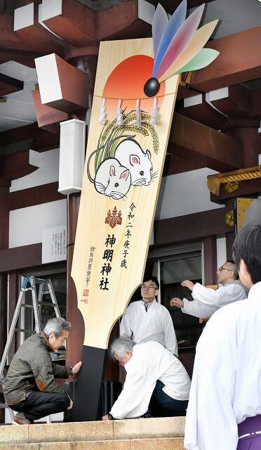 拝殿前に取り付けられるジャンボ羽子板=12月18日、福井県福井市宝永4丁目の神明神社