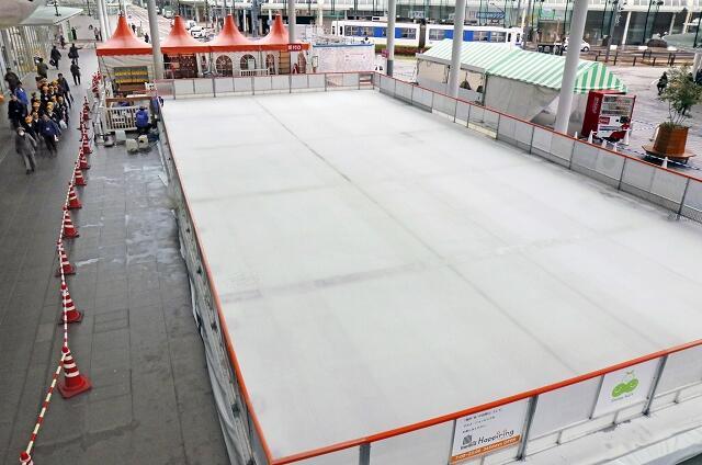 20日のオープンに向け設営が進むアイススケート場=12月18日、福井県福井市のハピテラス