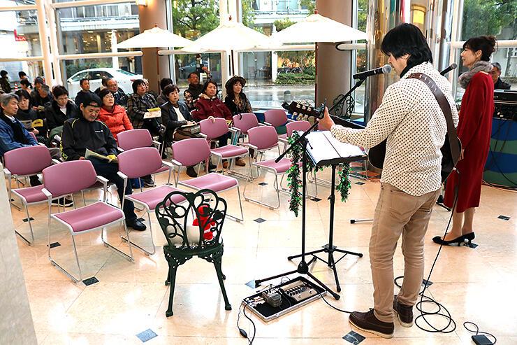 御旅屋セリオで開かれた「ユニークベニューTAKAOKA オン まちなかステージ」。事業は来場者、出演者双方から好評を得ている