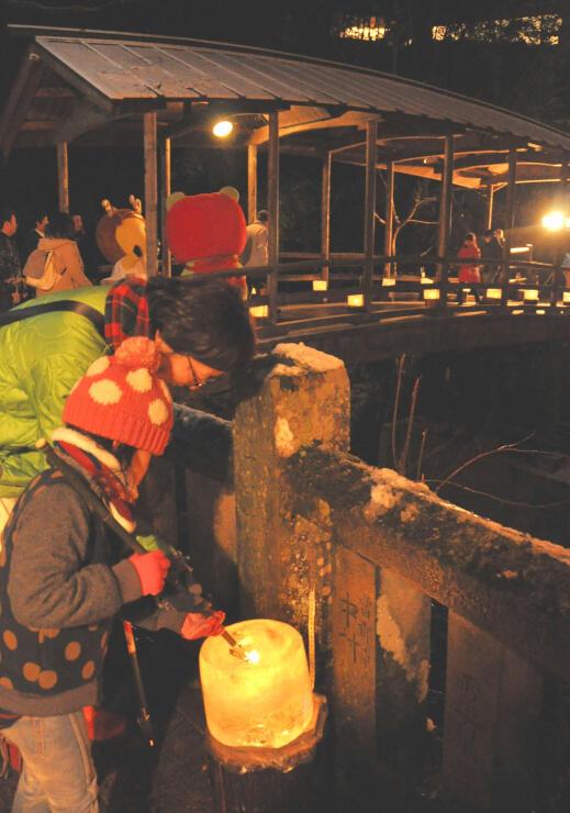 鹿教湯温泉で行われた氷灯ろう夢祈願。別所温泉の上田氷灯ろう夢まつりと連携する=2017年