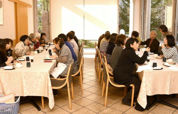 しなの食大学で料理を食べながら談笑する参加者