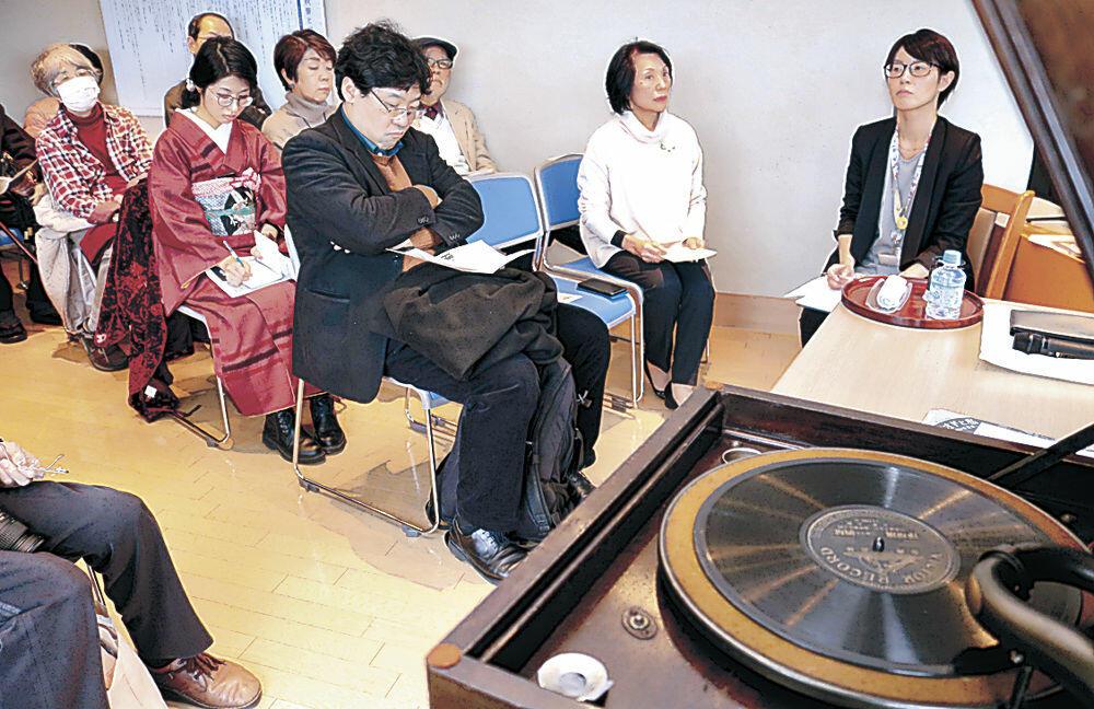 秋声ゆかりの音楽を楽しむ参加者=徳田秋聲記念館